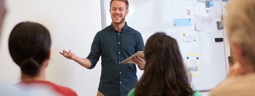 Lehrer und Schüler beim Lernen