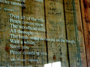 Eine von mehreren Übersetzungstafel an der Wand des Goethehäuschens - By: Fewskulchor (Own work) CC BY-SA 3.0, via Wikimedia Commons