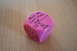 Die Beschäftigung mit der Wortform hilft beim Merken. Welche Aufgabe die Lernenden dafür lösen, entscheidet der Würfel (Foto: Christiane Vatter-Wittl)
