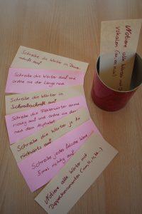 Aufgaben oder Satzstreifen zusammenlegen und in eine hübsche Dose geben motiviert ungemein (Foto: Christiane Vatter-Wittl)