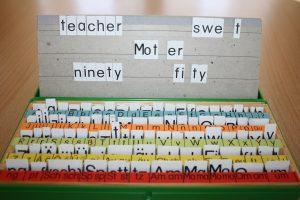 Mit Lesesetzkästen lassen sich Wörter stecken und so die schweren Stellen besser einprägen (Foto: Christiane Vatter-Wittl)