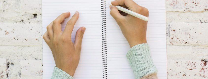 Mädchen schreibt in Schreibheft