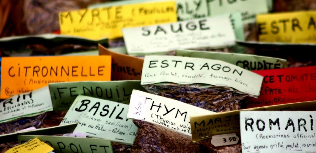 Gewürze auf einem Markt in Ajaccio auf Korsika