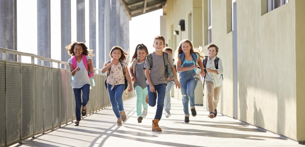 Bewegungsdrang im Schulflur ausleben