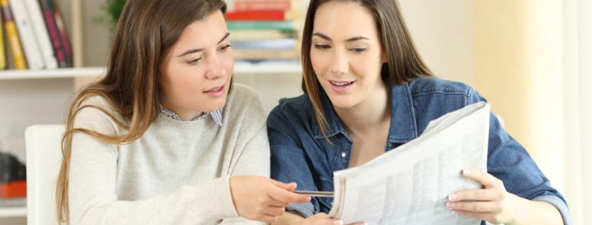 Schülerinnen bearbeiten Mediationsaufgabe mit einem Zeitungsartikel