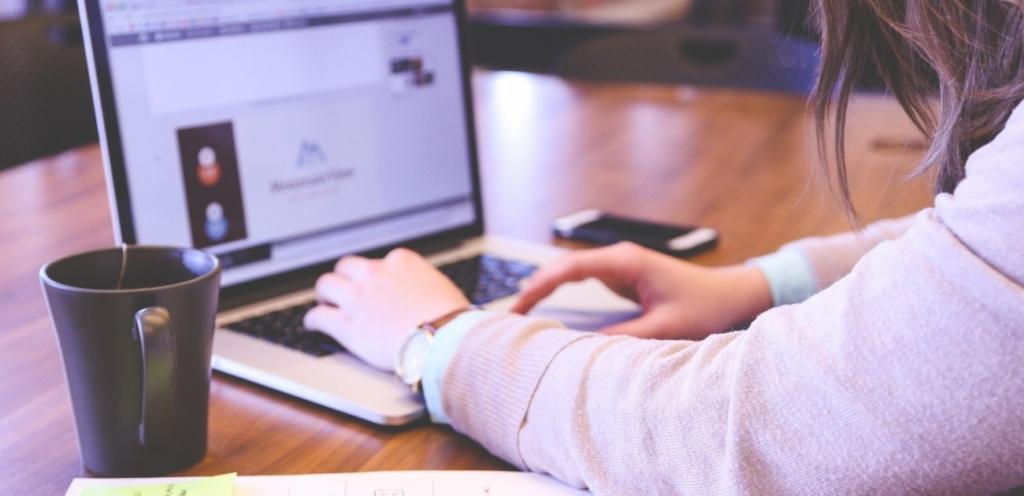 Homeschooling findet häufig am Computer statt.