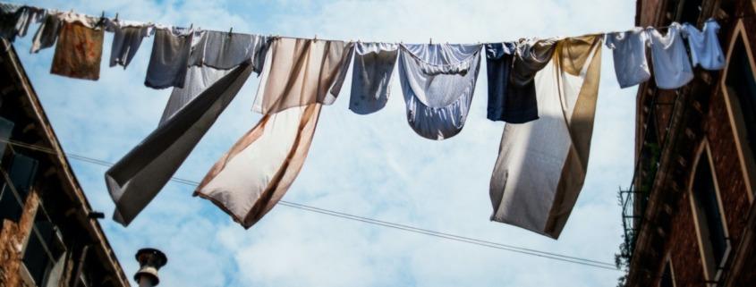 Wäscheleine mit Kleidung