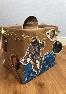 """Eine Box für den Song """"Astronaut in the Ocean"""" – Außenansicht"""