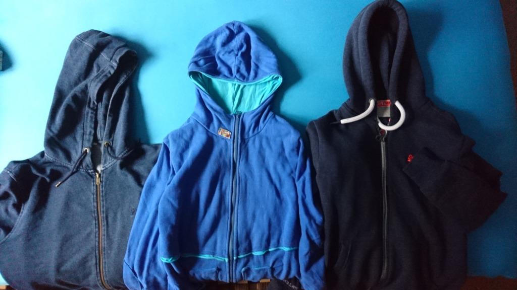 Drei blaue Hoodies